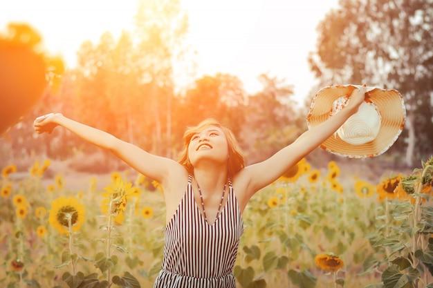 Gelukkige jonge vrouw met open armen