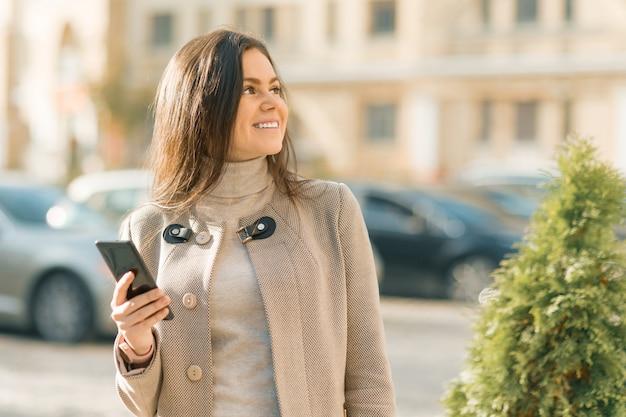 Gelukkige jonge vrouw met smartphone