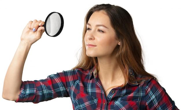 Gelukkige jonge vrouw met vergrootglas