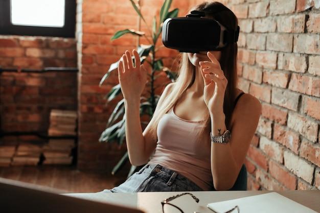 Gelukkige jonge vrouw met vr-hoofdtelefoon. thuis spelen