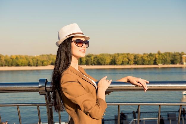 Gelukkige jonge vrouw met zonnebril