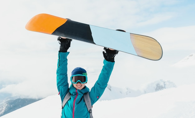 Gelukkige jonge vrouw snowboarder