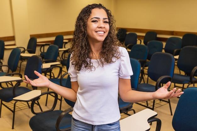 Gelukkige jonge vrouwelijke student in de klas met ruimte voor tekst.