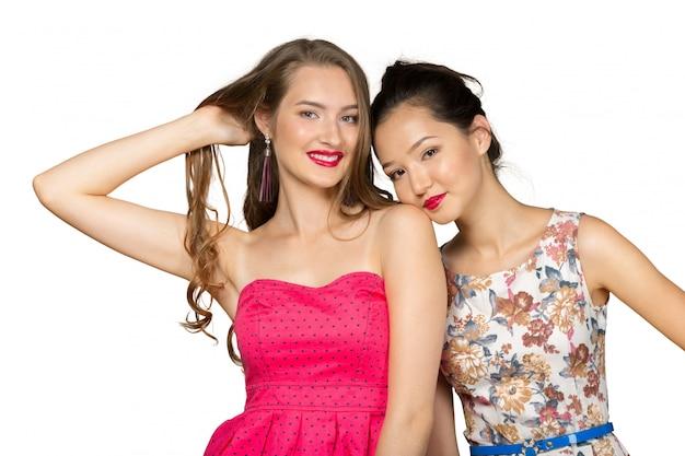 Gelukkige jonge vrouwengezichten die camera bekijken