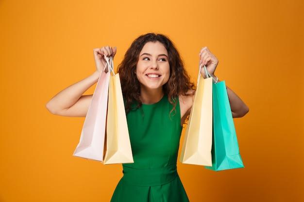 Gelukkige jonge vrouwenholding het winkelen zakken.
