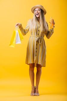 Gelukkige jonge vrouwenholding het winkelen zakken