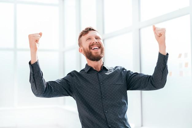 Gelukkige jonge zakenlieden die zijn succes laten zien