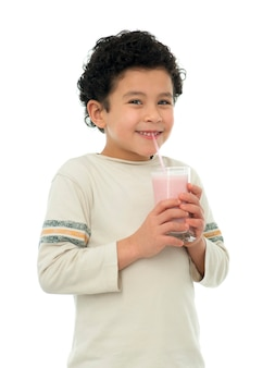 Gelukkige jongen die aardbei milkshake drinken