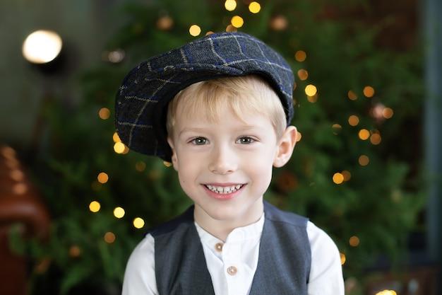 Gelukkige jongen die van gift van kerstmis geniet.