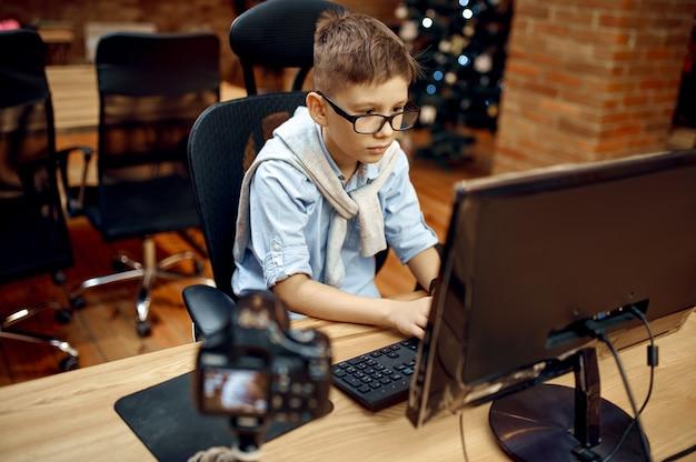 Gelukkige jongen die vlog opneemt, kleine blogger. kid bloggen in thuisstudio, sociale media voor jong publiek, online internetuitzending