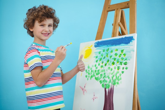 Gelukkige jongen die zijn beeld schildert