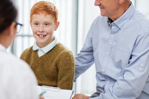 Gelukkige jongen in artsenbureau