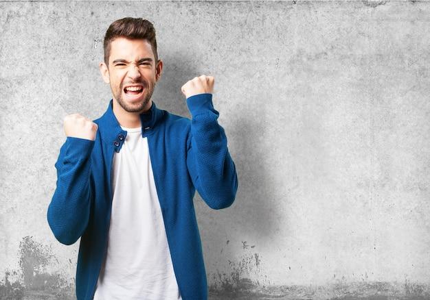 Gelukkige jongen in een blauw jasje