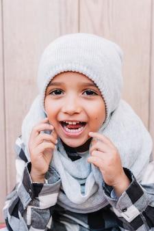 Gelukkige jongen in winterkleren