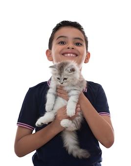 Gelukkige jongen lachend met harige kitten