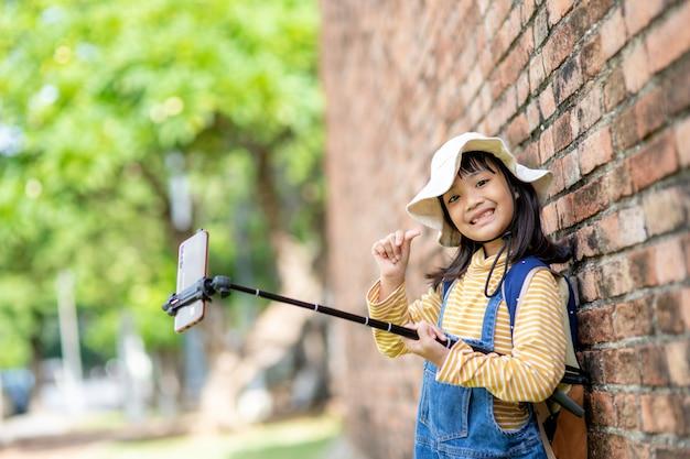 Gelukkige jongen meisjes die selfies nemen. selfie-foto's maken met een smartphone