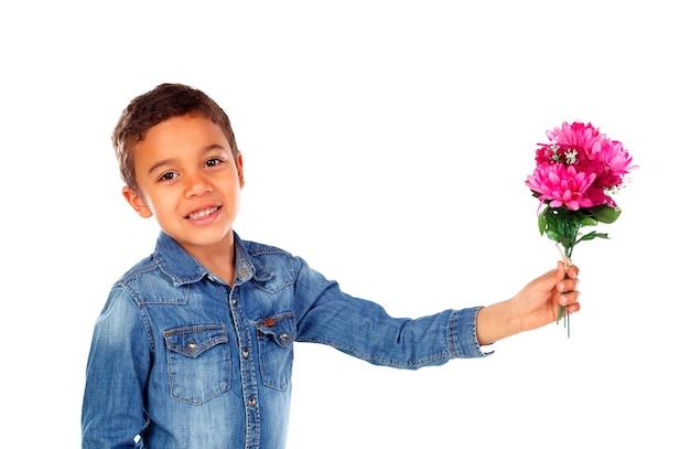 Gelukkige jongen met een mooi boeket van roze bloemen