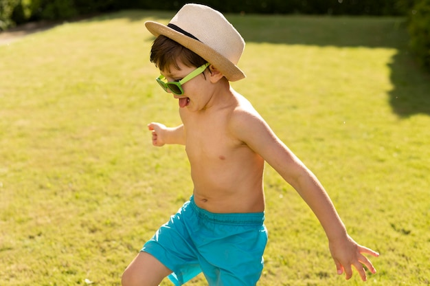 Gelukkige jongen met hoed en zonnebril