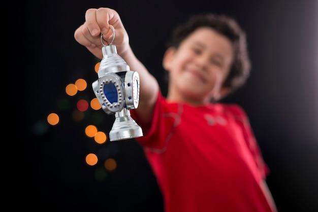 Gelukkige jongen met ramadan-lantaarn