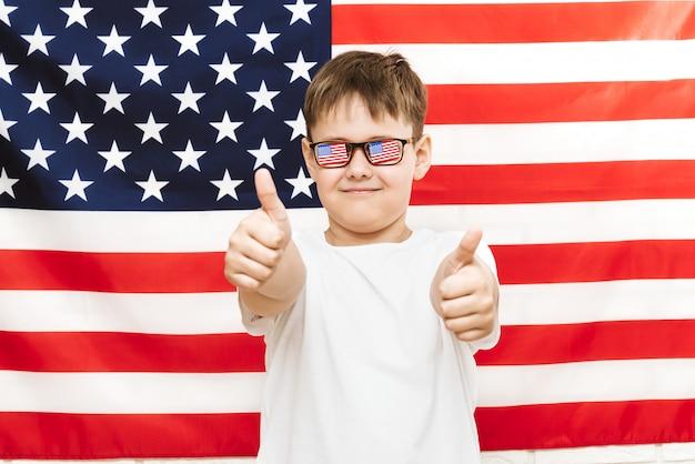 Gelukkige jongen op amerikaanse vlag