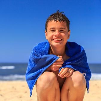 Gelukkige jongen op het zee strand