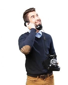 Gelukkige jongen te kijken tijdens het praten aan de telefoon