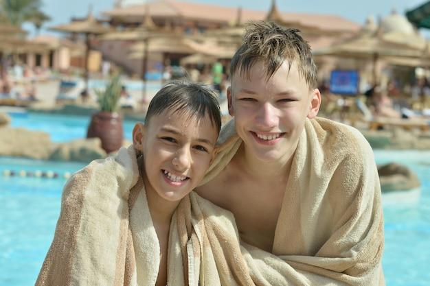 Gelukkige jongens bij het zwembad, close-up