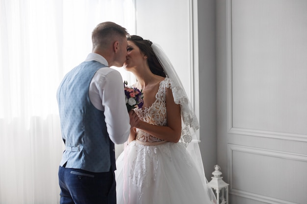 Gelukkige jonggehuwden in hotelkamer