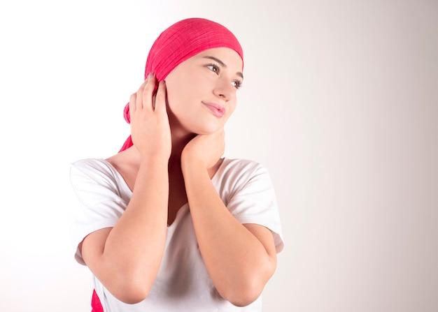 Gelukkige kankervrouw met roze sjaal