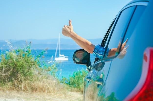 Gelukkige kerel in auto zee achtergrond