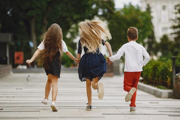 Gelukkige kinderen brengen samen tijd door in een zomerstad