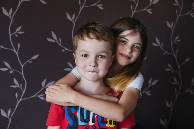 Gelukkige kinderen broer en zus beste vrienden omhelzen elkaar