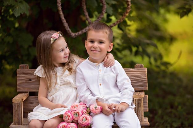 Gelukkige kinderen, broer en zus, vrienden in de natuur in een zomer park