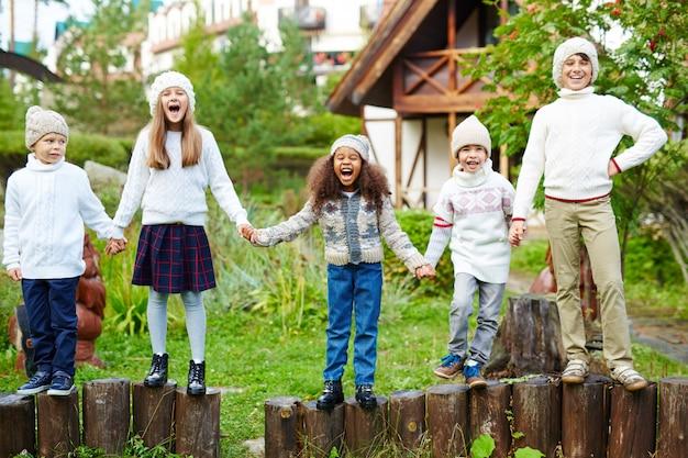 Gelukkige kinderen buiten spelen en schreeuwen