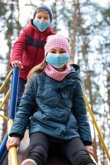 Gelukkige kinderen buiten spelen tijdens coronavirus lockdown