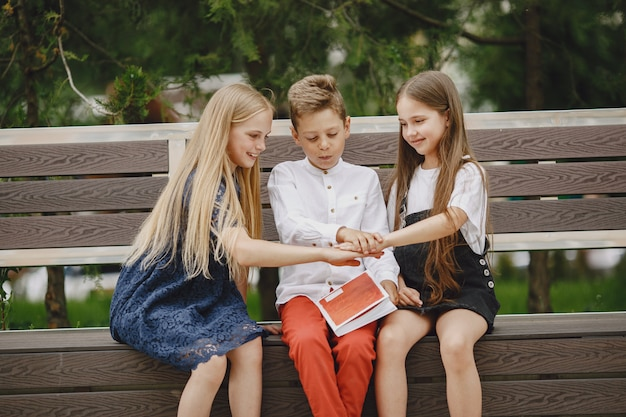 Gelukkige kinderen die dicht bij elkaar zitten en glimlachen