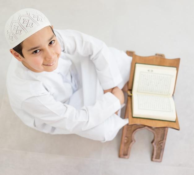 Gelukkige kinderen die koran lezen