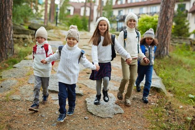 Gelukkige kinderen die na school lopen