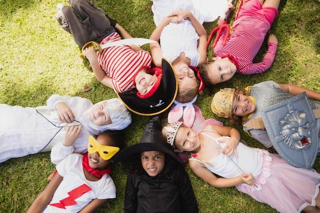 Gelukkige kinderen die op het gras liggen