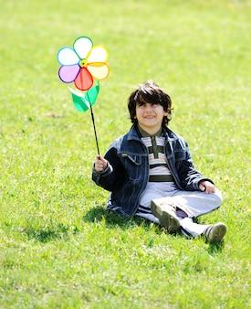 Gelukkige kinderen die van kinderjaren genieten