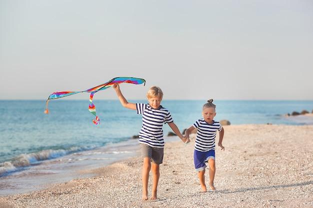 Gelukkige kinderen die zich vermaken op het strand. actieve kinderen op zomer achtergrond.