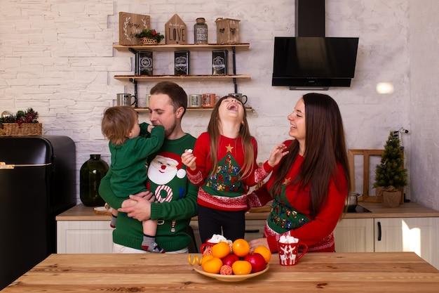 Gelukkige kinderen en hun ouders die op nieuwjaar thuis wachten