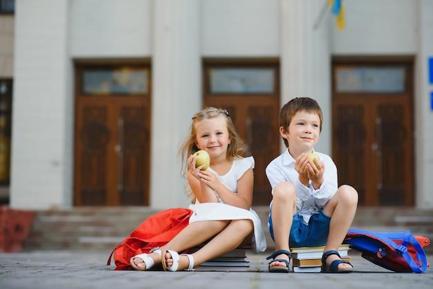 Gelukkige kinderen gaan terug naar school