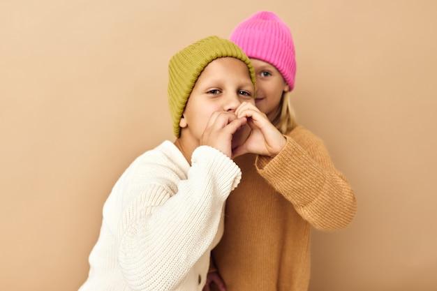 Gelukkige kinderen knuffel spelletjes glimlach vriendschap beige achtergrond