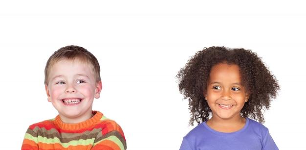 Gelukkige kinderen lachen geïsoleerd op een witte ruimte