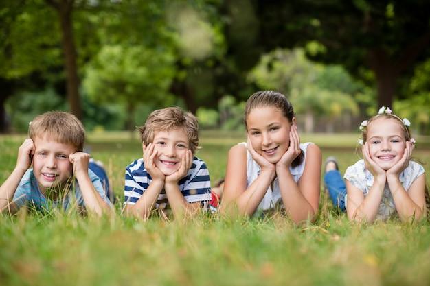 Gelukkige kinderen liggen op gras