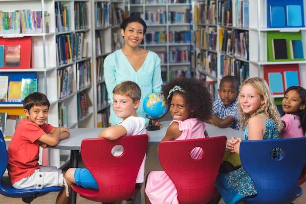 Gelukkige kinderen met leraar