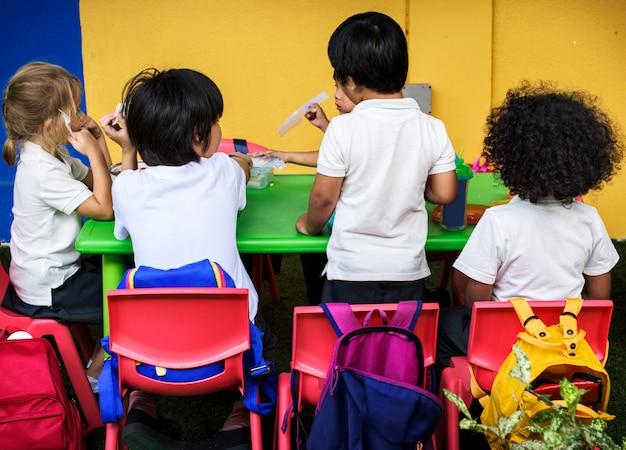 Gelukkige kinderen op de basisschool
