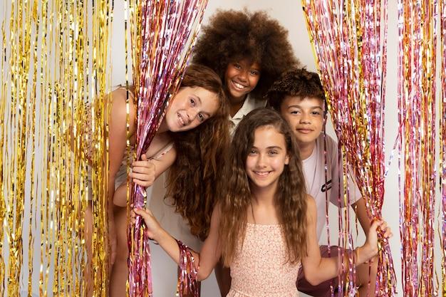 Gelukkige kinderen op feestje medium shot