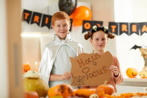 Gelukkige kinderen op halloween-feest